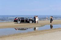 Brautpaar am Strand von Jurmala-Majori, Lettland, Europa