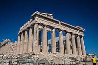 Grecia Atene Acropoli un turista fotografa il Partenone