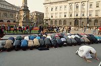 - immigrants demonstration in Milan for the right to the home, Muslim prayer La Scala square  ....- manifestazione di immigrati a Milano per il diritto alla casa, preghiera islamica in piazza della Scala