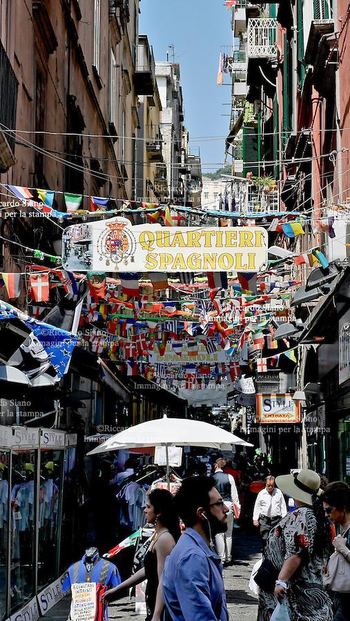 - NAPOLI 15 GIU  2014 - Sale la febbre mundial, bandiere, gadgets, cappellini sono presenti nelle piazze e  nei vicoli  della citta. nella foto i vicoli dei quartieri spagnoli