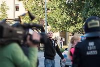 """Ca. 500 Menschen demonstrierten am Freitag den 31. Juli 2015 im Saechsischen Feital gegen Rassismus und fuer die Aufnahme von Fluechtlingen.<br /> Nach mehreren Wochen rassistischer Uebergriffe und Bedrohungen durch einen Teil der Freitaler Bevoelkerung war dies ein Zeichen der Solidaritaet mit den gefleuchteten Menschen.<br /> Am Rande der Demonstration kam es immer wieder zu rassistischen Poebeleien, Flaschenwuerfen und versuchten Angriffen auf die Demonstranten durch Neonazis und Hooligans die sich vor ihrer Stammkneipe """"Timba"""" versammelt hatten. Vereinzelt ging die Polizei gegen die Rechten vor und nahm mindestens eine Person wegen zeigen eines Hitlergrusses fest. Die Flaschenwuerfe blieben fuer die Rechten folgenlos.<br /> Im Bild: Ein Neonazi zeigt Richtung der Demonstranten einen Hitlergruß. Es blieb fuer ihn folgenlos.<br /> 31.7.2015, Freital/Sachsen<br /> Copyright: Christian-Ditsch.de<br /> [Inhaltsveraendernde Manipulation des Fotos nur nach ausdruecklicher Genehmigung des Fotografen. Vereinbarungen ueber Abtretung von Persoenlichkeitsrechten/Model Release der abgebildeten Person/Personen liegen nicht vor. NO MODEL RELEASE! Nur fuer Redaktionelle Zwecke. Don't publish without copyright Christian-Ditsch.de, Veroeffentlichung nur mit Fotografennennung, sowie gegen Honorar, MwSt. und Beleg. Konto: I N G - D i B a, IBAN DE58500105175400192269, BIC INGDDEFFXXX, Kontakt: post@christian-ditsch.de<br /> Bei der Bearbeitung der Dateiinformationen darf die Urheberkennzeichnung in den EXIF- und  IPTC-Daten nicht entfernt werden, diese sind in digitalen Medien nach §95c UrhG rechtlich geschuetzt. Der Urhebervermerk wird gemaess §13 UrhG verlangt.]"""