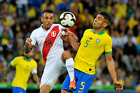RIO DE JANEIRO – BRASIL, 7-07-2019: Casimiro de Brasil disputa el balón con Yotun Flores de Perú durante partido por la final de la Copa América Brasil 2019 entre Brasil y Perú jugado en el Maracá. / Casimiro of Brazil vies for the ball with Yotun Flores of Peru during the Copa America Brazil 2019  final match between Brasil and Peru played at Maracana stadium in Rio de Janeiro, Brazil. Photos: VizzorImage / Cristian Álvarez / Cont /