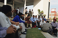 INDIA Bangalore, Software company Infosys in the Electronics City, the indian silicon valley, employee meeting / INDIEN Karnataka Bangalore, Campus der Software Firma Infosys in der electronics city, Beratung einer Arbeitsgruppe