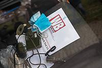 """Ein 52jaehriger Mann aus Nordrhein-Westfalen fuhr am Mittwoch den 25. November 2020 mit seinem Auto gegen das Tor vor dem Bundeskanzleramt. Auf sein Fahrzeug hatte er die Parolen """"Stop der Globalisierungspolitik"""" und """"Ihr verdammten Kinder und alte Menschen-Moerder"""" geschrieben. In seinem Fahrzeug lag der Ausdruck eines Artikels aus der FPOe-nahen Zeitung """"Wochenblick"""" in dem es um die ungeklaerte Todesursache einer 13jaehrigen Maskentraegerin geht (im Bild).<br /> Der Mann wurde von der Polizei festgenommen und nach einer medizinischen Untersuchung vor Ort von Rettungssanitaetern weggefahren.<br /> Ob es sich um einen politisch motivierten Anschlag handelt wird von der Polizei ermittelt.<br /> 25.11.2020, Berlin<br /> Copyright: Christian-Ditsch.de"""