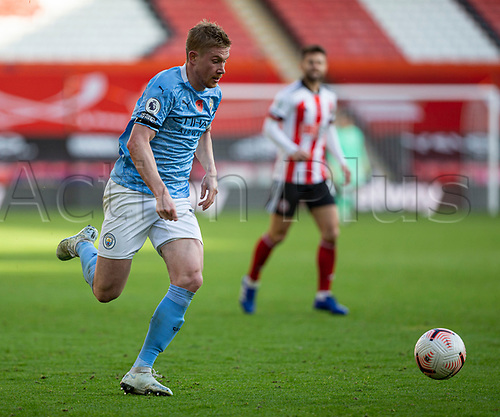 31st October 2020; Bramall Lane, Sheffield, Yorkshire, England; English Premier League Football, Sheffield United versus Manchester City; Kevin De Bruyne of Manchester City breaks forward with the ball at his feet