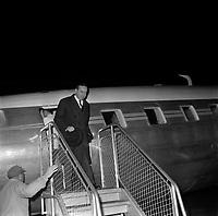 Aéroport de Toulouse-Blagnac. Le 2 et 3 février 1962. Vue de michel Debré à la descente de l'avion à l'aéroport Toulouse-Blagnac.