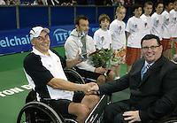 18-11-06,Amsterdam, Tennis, Wheelchair Masters, Winner Quads 2006 Peter Norfolk receives the trophy,