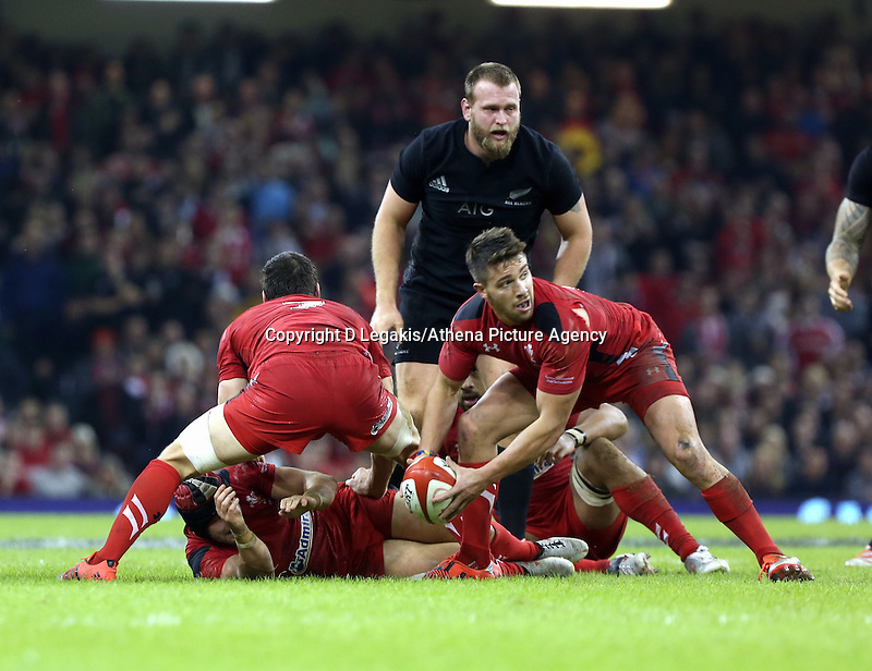 Pictured: Rhys Webb of Wales (R) passes the ball Saturday 22 November 2014<br /> Re: Dove Men Series 2014 rugby, Wales v New Zealand at the Millennium Stadium, Cardiff, south Wales, UK.
