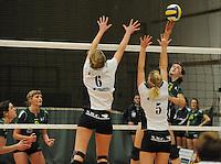 Optima Lendelede - Hermes Oostende ..Fien Maes (links) en Sofie Desmet (midden) proberen de bal van Margot Baes (rechts)af te stoppen...foto VDB / BART VANDENBROUCKE