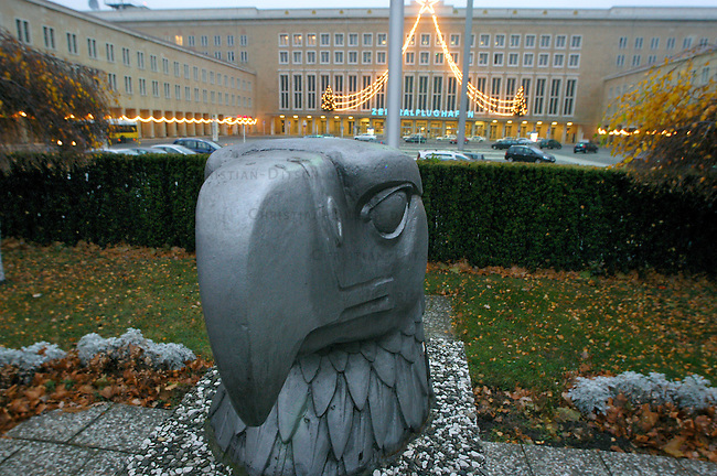 Innerstaedtischer Flughafen Flughafen Berlin-Tempelhof (THF). Der Flughafen sollte eigentlich geschlossen werden, Nutzer des Flughafens haben sich jedoch per Gericht gegen den senatsentschluss durchgesetzt und koennen auf unabsehbare Zeit in Tempelhof starten und landen.<br /> Vor dem Flughafengelaende wurde von den US-Militaers nach dem 2. Weltkrieg der Kopf eines Reichsadlerds aufgestellt.<br /> 11.12.2004, Berlin<br /> Copyright: Christian-Ditsch.de<br /> [Inhaltsveraendernde Manipulation des Fotos nur nach ausdruecklicher Genehmigung des Fotografen. Vereinbarungen ueber Abtretung von Persoenlichkeitsrechten/Model Release der abgebildeten Person/Personen liegen nicht vor. NO MODEL RELEASE! Nur fuer Redaktionelle Zwecke. Don't publish without copyright Christian-Ditsch.de, Veroeffentlichung nur mit Fotografennennung, sowie gegen Honorar, MwSt. und Beleg. Konto: I N G - D i B a, IBAN DE58500105175400192269, BIC INGDDEFFXXX, Kontakt: post@christian-ditsch.de<br /> Bei der Bearbeitung der Dateiinformationen darf die Urheberkennzeichnung in den EXIF- und  IPTC-Daten nicht entfernt werden, diese sind in digitalen Medien nach §95c UrhG rechtlich geschuetzt. Der Urhebervermerk wird gemaess §13 UrhG verlangt.]