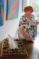 Madame Peytral découvre son gâteau d'anniversaire (90 ans)