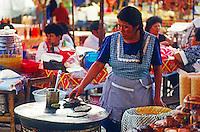 Frau bäckt Tortillas bei einem Dorffest nahe Puebla, Mexiko, Nordamerika