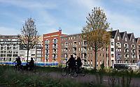 Nederland  Amsterdam  2020.  Houthaven nieuwbouw. Fietsers fietsen op het dak van de Spaarndammertunnel.  Foto : ANP/ HH / Berlinda van Dam