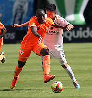 BOGOTA -COLOMBIA, 10 -AGOSTO-2014. Oscar Barreto  ( D) de La Equidad  F.C. disputa el balón con Yilmar Angulo ( I ) del Envigado FC  durante partido de la  cuarta  fecha  de La Liga Postobón 2014-2. Estadio Metroplitano de Techo . / Oscar Barreto  (L) of Equidad FC    fights for the ball with Yilmar Angulo  of Envigado FC   during match of the 4th date of Postobon  League 2014-2. Metroplitano de Techo Stadium. Photo: VizzorImage / Felipe Caicedo / Staff
