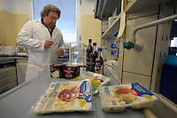 Preparazione e trattamento del campione. Preparation and treatment of the sample..Laboratorio di chimica e analisi sensoriale. Laboratory of chemical and sensory analysis..Il laboratorio Coop Italia si occupa dell'analisi, controllo e gestione della sicurezza alimentare. The laboratory Coop Italy deals with the analysis, control and management of food safety.