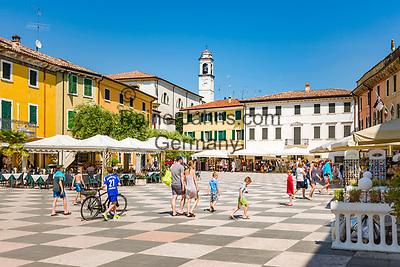 Italy, Veneto, Lake Garda, Lazise: small harbour at East Bank of Lake Garda, Piazza Vittorio Emanuele II   Italien, Venetien, Gardasee, Lazise: kleiner Hafen am Ostufer des Gardasees, Piazza Vittorio Emanuele II