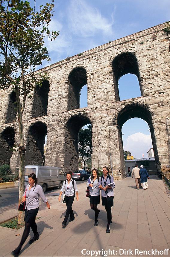 Türkei, römisches Valens Aquaedukt( Bozdogan Kemerlerli) in Istanbul aus dem 4. Jh , UNESCO-Weltkulturerbe