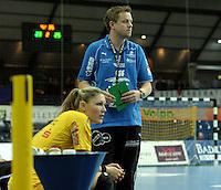 Handball Frauen / Damen  / women 1. Bundesliga - DHB - HC Leipzig : Frankfurter HC - im Bild: HCL Coach / Trainer Heine Jensen mit der Timeout-Karte in der Hand - Natalie Augsburg (l.) . Foto: Norman Rembarz .