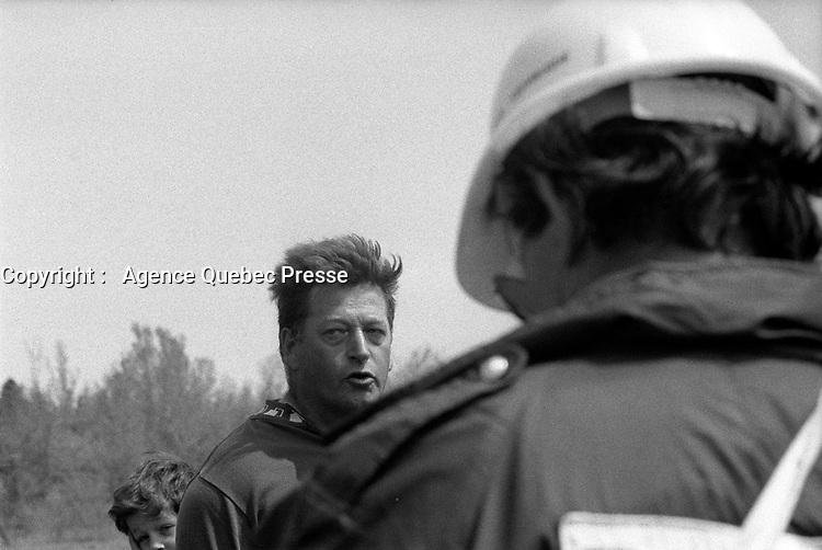 Confrontation avec les fermiers expropries a Sainte-Scholastique, site du futur aeroport de Mirabel, le 31 mai 1974<br /> <br /> PHOTO :  Alain Renaud<br />  - Agence Quebec Presse