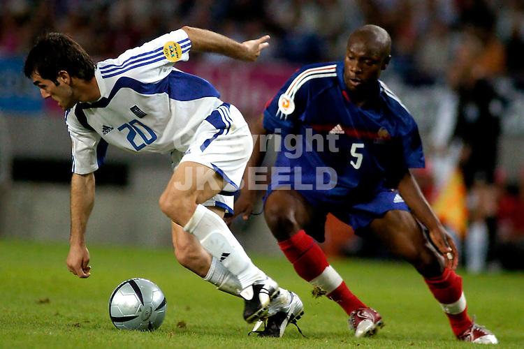 Frankrijk - Griekenland 0-1 Europees kampioenschap 2004 Portugal seizoen 2003-2004 25-06-2004  Karagounis in duel met Gallas