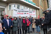 Mitarbeiter von Siemens in Berlin protestierten am Montag den 20. November 2017 vor dem Siemens-Turbinenwerk in Berlin-Moabit gegen die geplanten Entlassungen von ueber 300 Mitarbeitern.<br /> Im Anschluss an die Kundgebung vor dem Werkstor, an der auch den Regierende Buergermeister Michael Mueller (vorne 3.vl.) und die Wirtschaftssenatorin Ramona Pop (vorne 2.vl.) teilnahmen, bildeten die Sienemsarbeiter eine Menschenkette um ihr Werk.<br /> An Dem Protest beteiligten sich auch Siemensarbeiter aus anderen betroffenen Standorten in Berlin wie dem Dynamowerk.<br /> 20.11.2017, Berlin<br /> Copyright: Christian-Ditsch.de<br /> [Inhaltsveraendernde Manipulation des Fotos nur nach ausdruecklicher Genehmigung des Fotografen. Vereinbarungen ueber Abtretung von Persoenlichkeitsrechten/Model Release der abgebildeten Person/Personen liegen nicht vor. NO MODEL RELEASE! Nur fuer Redaktionelle Zwecke. Don't publish without copyright Christian-Ditsch.de, Veroeffentlichung nur mit Fotografennennung, sowie gegen Honorar, MwSt. und Beleg. Konto: I N G - D i B a, IBAN DE58500105175400192269, BIC INGDDEFFXXX, Kontakt: post@christian-ditsch.de<br /> Bei der Bearbeitung der Dateiinformationen darf die Urheberkennzeichnung in den EXIF- und  IPTC-Daten nicht entfernt werden, diese sind in digitalen Medien nach §95c UrhG rechtlich geschuetzt. Der Urhebervermerk wird gemaess §13 UrhG verlangt.]