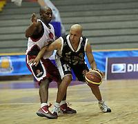 BOGOTA - COLOMBIA - 26-02-2013: Diego Quiroz (Der.) de Piratas de Bogotá, disputa el balón con Andrés Mosquera (Izq.) de Halcones de Cúcuta, febrero 26 de 2013. Piratas y Halcones en cuarta fecha de  la Liga Directv Profesional de baloncesto en partido jugado en el Coliseo El Salitre. (Foto: VizzorImage / Luis Ramírez / Staff). Diego Quiroz (R) of Piratas from Bogota, fights for the ball with Andrés Mosquera (L) of Halcones from Cucuta, February 26, 2013. Pirates and Halcones in the fourth match the Directv Professional League basketball, game at the Coliseum El Salitre. (Photo: VizzorImage / Luis Ramirez / Staff). .