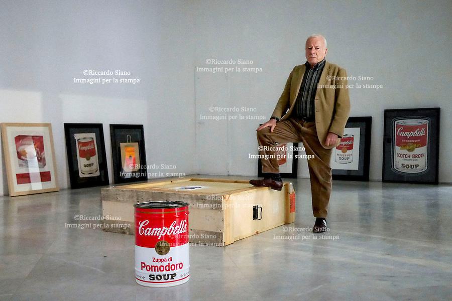 - NAPOLI 15 APR  2014 - Palazzo delle Arti di Napoli,  Achille Bonito Oliva ha presentato alla stampa  la mostra su Andy Warhol  che si terrà dal 18 aprile al 20 luglio 2014.