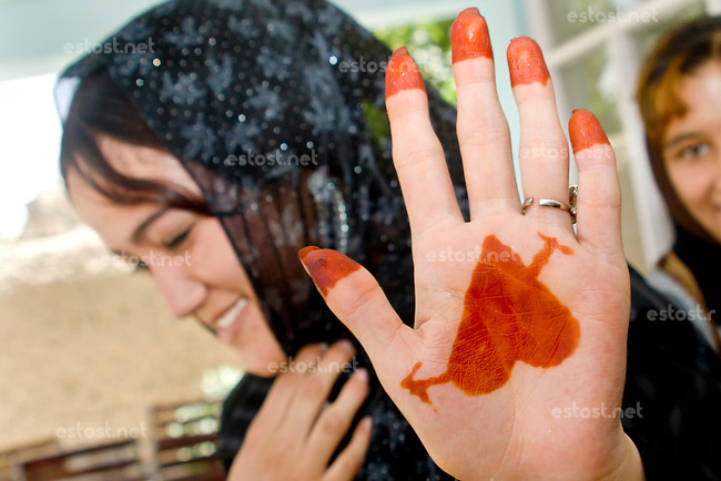 AFGHANISTAN, 06.2008, Kabul. Teenager mit Henna-Malereien auf den Haenden: Liebesherz. | Teenagers with henna paintings on their hands: Love heart.<br /> © Marzena Hmielewicz/EST&OST