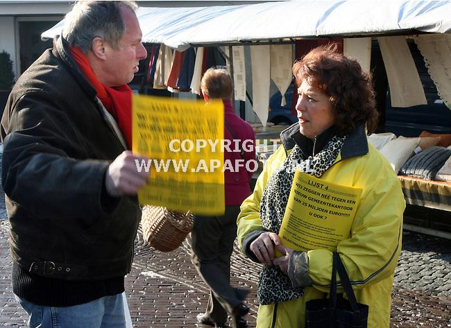 wijchen 020306 Gerry Toonen lijsttrekker van Lokale Dorpspartijen Groessen aan het folderen op de markt in Wijchen.<br />Foto frans Ypma APA-foto