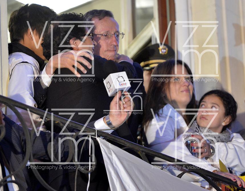 BOGOTÁ -COLOMBIA. 09-12-2013. Gustavo Petro, Alcalde de Bogotá, Colombia, fue destituido por la Procuraduría General de La Nación e inhabilitado por 15 años para ejercer puestos públicos recibe el apoyo de Antonio Navarro Wolf. Cientos de manifestantes se congregaron en la Plaza de Bolívar frente al Palacio de Lévano para rechazar la decisión que deja a la capital de Colombia sin gobernante./ Gustavo Petro Mayor of Bogota D.C., Colombia, was removed by the Attorney General of the Nation and disquialified for 15 years to perform public office recieves the support of Antonio Navarro Wolf. Hundreds of supporters of Mayor gathered at the Simon Bolivar square in front of Lievano Palace to protest for the decision . Photo: VizzorImage/Gabriel Aponte/ Str