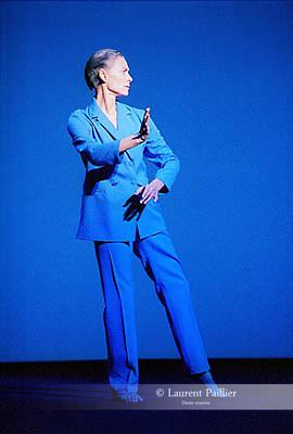 UNDERWATER<br /> Extrait de White Raven,<br /> opéra en 5 actes de Robert Wilson et Philip Glass<br /> (1998)<br /> Chorégraphie et interprétation, Lucinda Childs<br /> Musique, Philip Glass<br /> Adaptation scénographique, Stephanie Engeln<br /> Lumière, Robert Wilson et Heinrich Brunke<br /> Costumes, Moidele Nickel<br /> Cadre : Festival d'automne à Paris 2003<br /> Lieu : Théâtre de la Ville<br /> Ville : Paris<br /> Date : 15 Octobre 2003