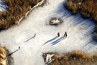 4415/Eislaufen: EUROPA, DEUTSCHLAND, SCHLESWIG- HOLSTEIN,  22.01.2006 Eis, Eislaufen, Natureis, vereister See, Schatten, Winken,