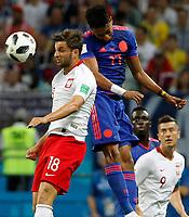 KAZAN - RUSIA, 24-06-2018: Bartosz BERESZYNSKI (Izq) jugador de Polonia disputa el balón con Johan MOJICA (Der) jugador de Colombia durante partido de la primera fase, Grupo H, por la Copa Mundial de la FIFA Rusia 2018 jugado en el estadio Kazan Arena en Kazán, Rusia. /  Bartosz BERESZYNSKI (L) player of Polonia fights the ball with Johan MOJICA (R) player of Colombia during match of the first phase, Group H, for the FIFA World Cup Russia 2018 played at Kazan Arena stadium in Kazan, Russia. Photo: VizzorImage / Julian Medina / Cont