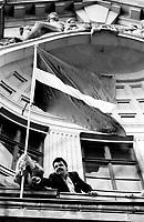 LETTLAND, 21.08.1991.Riga.Waehrend des Anti-Gorbatschow-Putsches versuchen sowjetische Truppen, die Kontrolle ?ber Riga zu erhalten, mit dem Scheitern des Putsches gewinnt Lettland endgueltig seine Unabhaengigkeit. Ð Setzen der lettischen Flagge auf der soeben von sowjetischen Fallschirmjaegern geraeumten Rundfunkzentrale. Im dunklen Anzug der Abgeordnete des Obersten Rates, Normunds Belskis.  .During the anti-Gorbachev-coup Soviet troops try to obtain control of Riga. With the failure of the coup Latvia finally regains its independence. - Planting the Latvian flag on the balcony of the public radio central just abandoned by Soviet paratroopers..© Martin Fejer / EST&OST