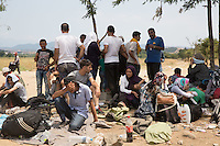 Gruppo di profughi accampati  intorno al confine tra Grecia e Macedonia  Group of refugees camped around the border between Greece and Macedonia