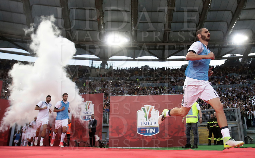 Calcio, Tim Cup: finale Juventus vs Lazio. Roma, stadio Olimpico, 17 maggio 2017.<br /> Juventus' Leonardo Bonucci, right, and his teammates enter the pitch to warm up prior to the start of the Italian Cup football final match between Juventus and Lazio at Rome's Olympic stadium, 17 May 2017.<br /> UPDATE IMAGES PRESS/Isabella Bonotto