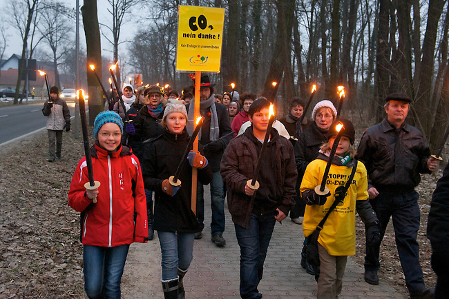 Protest gegen CCS-Technologie (unterirdische CO2-Speicherung) im brandenburgischen Beeskow.<br /> Ueber 2500 Menschen aus Beeskow und Umgebung demonstrierten am Sonntag den 27. Februar 2011 gegen die Plaene der rot-roten Landesregierung und des schwedischen Energiekonzerns Vattenfall, in Brandenburg unterirdisch CO2 zu speichern.<br /> 27.2.2011, Beeskow<br /> Foto: Christian-Ditsch.de<br /> [Inhaltsveraendernde Manipulation des Fotos nur nach ausdruecklicher Genehmigung des Fotografen. Vereinbarungen ueber Abtretung von Persoenlichkeitsrechten/Model Release der abgebildeten Person/Personen liegen nicht vor. NO MODEL RELEASE! Don't publish without copyright Christian-Ditsch.de, Veroeffentlichung nur mit Fotografennennung, sowie gegen Honorar, MwSt. und Beleg. Konto:, I N G - D i B a, IBAN DE58500105175400192269, BIC INGDDEFFXXX, Kontakt: post@christian-ditsch.de]