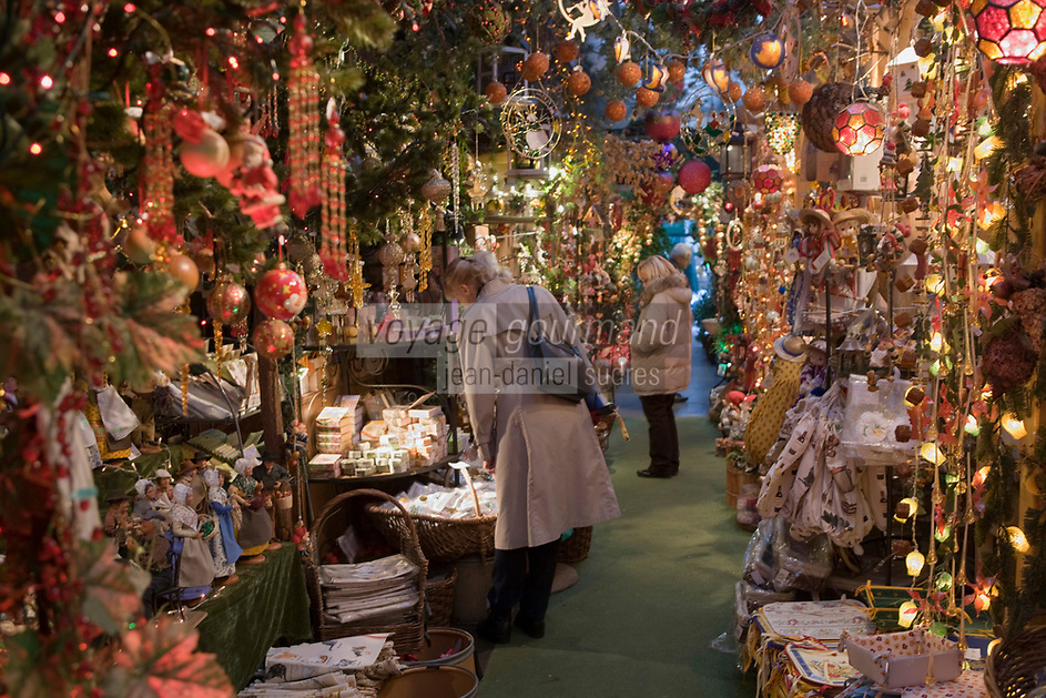 Europe/France/Ile-de-France/75001/Paris: A Noêl au Marché aux fleurs  de l'ile de la Cité  //  Europe / France / Ile-de-France / 75001 / Paris: Christmas at the flower market on Ile de la Cité