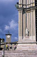 Europe/Italie/Ombrie/Orvieto : La place du Dôme avec le bas côté de la cathédrale et le beffroi avec son automate horloge réputé