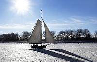 Nederland  Monnickendam Feb. 2021.  IJszeilen op de bevroren Gouwzee. Dijk naar Marken.  Foto Berlinda van Dam / HH / ANP.