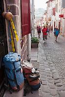 Europe/France/Aquitaine/64/Pyrénées-Atlantiques/Pays-Basque/Saint-Jean-Pied-de-Port: Rue de la Citadelle - Sac et chaussures des pèlerins de Saint-Jacques-de-Compostelle devant la porte d'une maison d'Hôtes