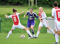 RSC Anderlecht Dames - Ajax Amsterdam : Cynthia Browaeys voor Linda Bakker (rechts) en Tessel Middag (links).foto DAVID CATRY / Nikonpro.be