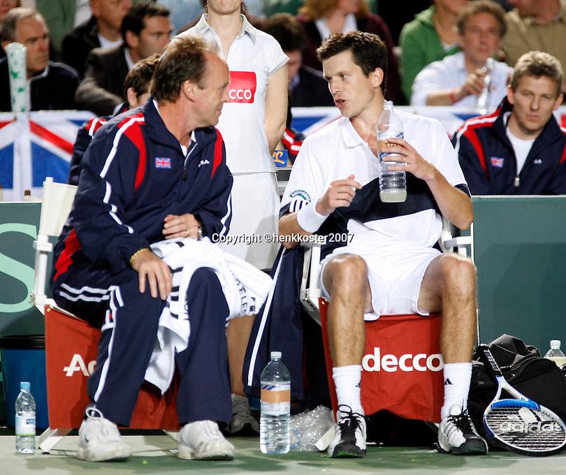 6-4-07, England, Birmingham, Tennis, Daviscup England-Netherlands,  Henman and Captain John Lloyd on the bench