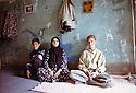 Irak 2000  Une famille de Halabja: la mère de Fakredine avec ses deux jeunes fils  Iraq 2000 Halabja: A widow and her two young sons