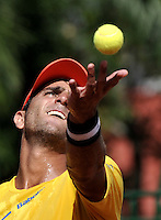 CALI - COLOMBIA – 06-04-2014: Robert Farah de Colombia sirve a Peter Bertran de Republica Dominicana durante un partido de la serie final de partidos en el Grupo I de la Zona Americana de la Copa Davis, entre Colombia y República Dominicana en Estadio de Tenis Alvaro Carlos Jordan en la ciudad de Cali. / Robert Farah of Colombia serves to Peter Bertran of Dominican Republic between Colombia and Dominican Republic at the Alvaro Carlos Jordan Tennis Stadium in Cali, city. Photo: VizzorImage / Luis Ramirez / Staff