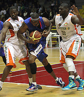BOGOTA -COLOMBIA-30-05-2014. Warner (Centro) de Guerreros de Bogota disputa el balon con Williams (Der) y Drayton ( Izq)  de Cafeteros de Armenia durante partido por la semifinal de La Liga Directv 1 de baloncesto jugado en el coliseo El Salitre . Cafeteros  gano a Guerreros  / Warner (Center) of Guerreros of Bogota dispute the ball with  Williams ( L) and Drayton (R) of cafeteros de Armenia  during the semifinal match of La Liga Directv 1 basketball played at the Coliseum El Salitre. Cafeteros won a Guerreros. Photo: VizzorImage / Felipe Caicedo /  Staff
