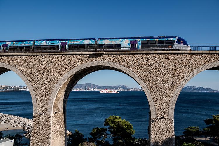 Train de la Côte Bleue au niveau de la plage de Corbières