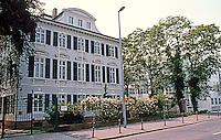 Richard Meier: Arts & Crafts Museum, Frankfurt 1980: 1982-84.  Photo '85.