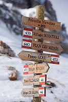 Europe/Italie/Vénétie/Dolomites/Env Cortina d'Ampezzo: Sur les pistes prés du Refuge d'Avereau  dans le massif des Cinq Tours  à Forcella Nuvolau 2416 m -Signalétique des pistes