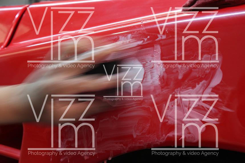 BOGOTÁ - COLOMBIA, 26-08-2018:Heidi Galvez Mosquera , pintora profesional de automóviles en el barrio Toberín al norte de la capital.Heidi Galvez Mosquera, professional car painter in the Toberín neighborhood north of the capital. Photo: VizzorImage / Felipe Caicedo / Satff